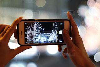 女性,1人,建物,手,スマホ,撮影,光,イルミネーション,人物,人,スマートフォン,グランフロント