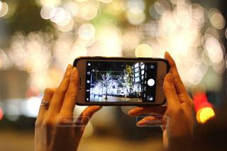 女性,1人,スマホ,撮影,ぼかし,イルミネーション,ライトアップ,人,スマートフォン,手元,携帯電話,ぼやける,シャンパンゴールド