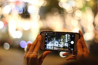 女性,1人,スマホ,撮影,イルミネーション,ライトアップ,スマートフォン,手元,グランフロント大阪,シャンパンゴールド