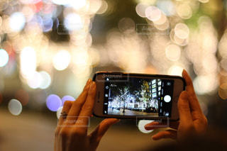 女性,1人,スマホ,光,イルミネーション,ライトアップ,人,スマートフォン,手元,グランフロント大阪,シャンパンゴールド