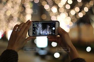 女性,スマホ,撮影,光,イルミネーション,人,スマートフォン,明るい,グランフロント,シャンパンゴールド