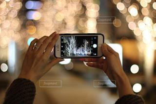 女性,1人,カメラ,スマホ,撮影,光,イルミネーション,ライトアップ,人,スマートフォン,手元,携帯電話,シャンパンゴールド