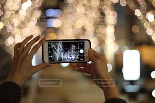 女性,1人,スマホ,撮影,光,イルミネーション,ライトアップ,人,スマートフォン,手元,携帯電話,シャンパンゴールド