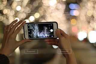 女性,1人,スマホ,撮影,イルミネーション,ライトアップ,人,スマートフォン,手元,携帯電話,シャンパンゴールド