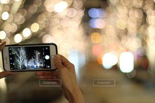 女性,1人,ぼかし,イルミネーション,ライトアップ,明るい,手元,携帯電話,シャンパンゴールド