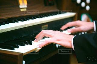 オルガンを演奏する手の写真・画像素材[3200790]