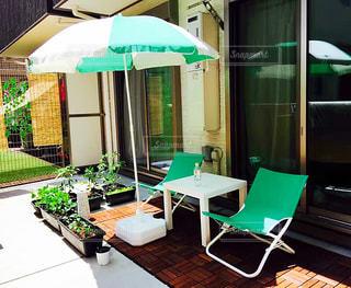 涼しい緑傘の下の写真・画像素材[1340998]