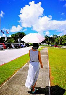 傘を持っている人の写真・画像素材[1356277]
