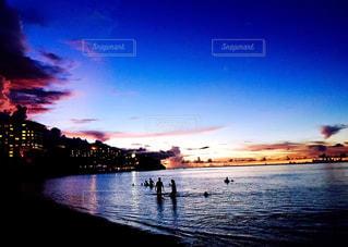 水の体に沈む夕日の写真・画像素材[1385122]