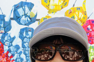帽子とサングラスを身に着けている人の写真・画像素材[1374349]