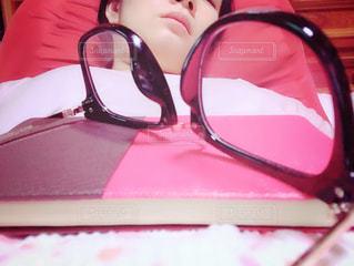 女性,赤,室内,本,昼寝,眼鏡,寝る,眠る,人物,人,眠い,うたた寝,夏バテ,熱中症,メガネ,ダウン