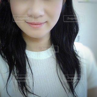 女性の顔のアップの写真・画像素材[1492511]