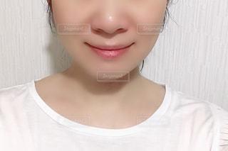 白いシャツと黒い髪をした女性の写真・画像素材[2284809]