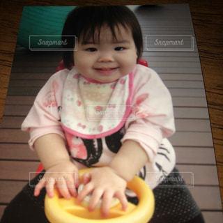 子ども,屋内,屋外,かわいい,女の子,床,人物,人,笑顔,赤ちゃん,顔,幼児