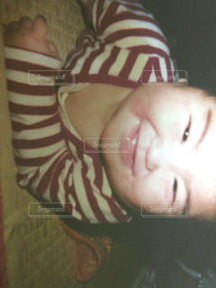 頭の上に横たわる少年の写真・画像素材[2374282]