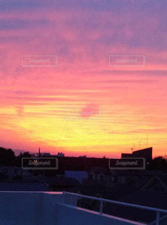 日没時の街の眺めの写真・画像素材[2411543]