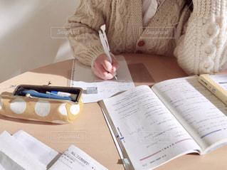 受験勉強をする女の子の写真・画像素材[1693842]