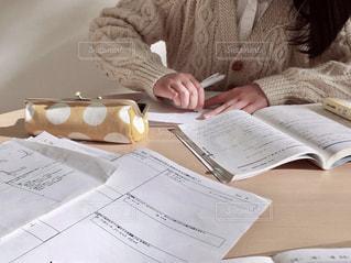 テスト勉強をする女子高生の写真・画像素材[1693847]