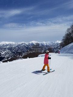 雪をスノーボードに乗る男覆われた斜面の写真・画像素材[1751246]