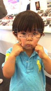 小さな女の子がカメラを見てください。の写真・画像素材[1351620]