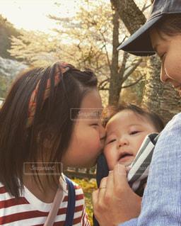 子ども,家族,桜,群衆,屋外,キス,お花見,人,赤ちゃん,幼児,少年,姉妹
