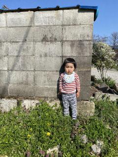 子ども,風景,屋外,人,笑顔,立つ,幼児,石,少年,草木,履物