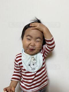 子ども,風景,ボーダー,少女,壁,人,笑顔,赤ちゃん,幼児,少年,まゆげ,ストライプ