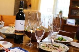 食べ物,飲み物,パーティ,屋内,テーブル,ワイン,ボトル,グラス,乾杯,ドリンク,食事会