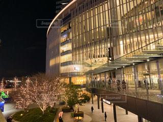 建物,夜,屋外,樹木,イルミネーション,都会,高層ビル,明るい,シャンパンゴールド