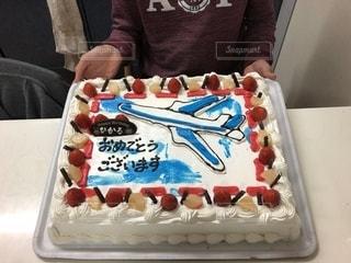 バースデーケーキを持っている人の写真・画像素材[2100965]