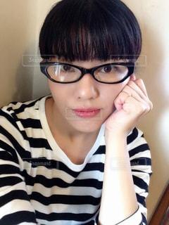 メガネ、カメラ目線の女の写真・画像素材[1353625]