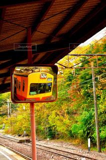 ミラーに映る電車の写真・画像素材[1627895]