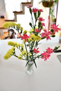 テーブルの上の花瓶に咲く花束の写真・画像素材[2140739]