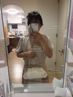 カメラにポーズ鏡の前に立っている男の写真・画像素材[1442734]