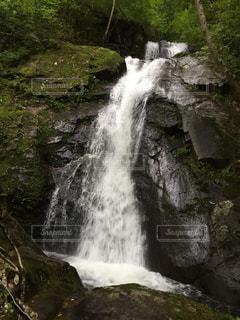 いくつかの水の上の大きな滝の写真・画像素材[1454253]