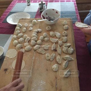 テーブルの上のケーキと木製のまな板の写真・画像素材[1463114]