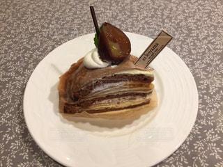 皿にチョコレート ケーキの写真・画像素材[1463334]