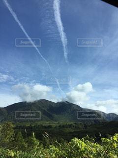 背景の山のフィールドの写真・画像素材[1466745]