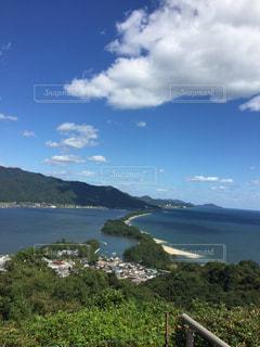 背景の山と水の写真・画像素材[1490428]