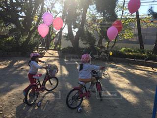 自転車,屋外,風船,女の子,なかよし,可能性