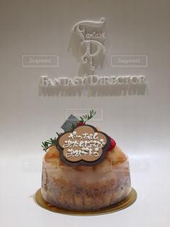 テーブルの上に座っているケーキの写真・画像素材[1670383]