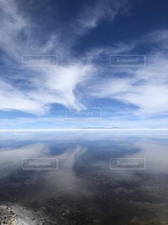 空の雲と、塩湖の写真・画像素材[1863540]