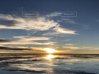 塩湖に沈む夕日の写真・画像素材[1875335]