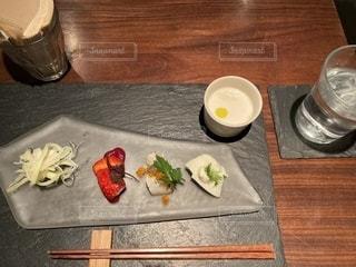 木製のテーブルの上に食べ物の皿の写真・画像素材[2784145]