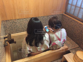 足湯で携帯の写真・画像素材[2891222]
