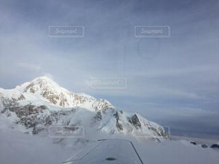 雪に覆われた山をスキーに乗る男の写真・画像素材[2994404]