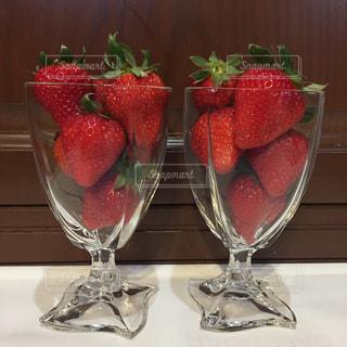 テーブルの上でイチゴで乾杯の写真・画像素材[3062198]