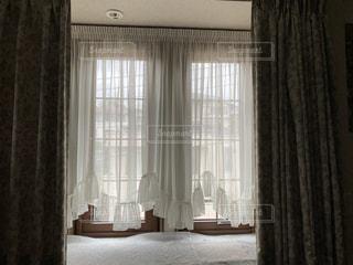 家具と大きな窓でいっぱいの部屋の写真・画像素材[3317452]
