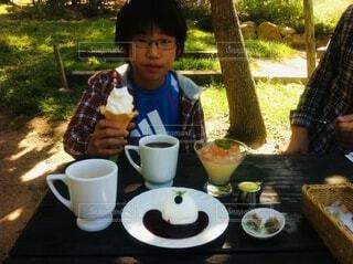 夏,コーヒー,手持ち,デザート,テーブル,人物,マグカップ,食器,カップ,ポートレート,少年,ドリンク,ライフスタイル,手元,飲む,コーヒー カップ