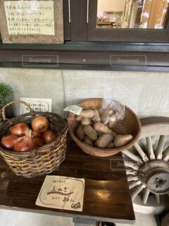 テーブルの上に果物のボウルの写真・画像素材[3665538]